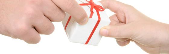 belohnung_zwei_haende_mit_geschenk_560px