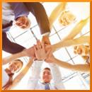 Glückliche Gruppe Geschäftsleute stapelt die Hände zur Motivation