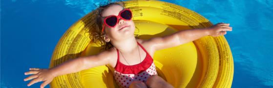 Kind im Pool auf Luftmatratze