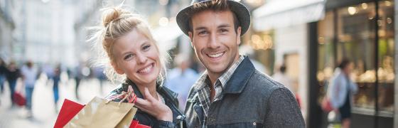 Lachendes Paar beim Shopping Kunden binden