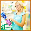 Frau schaut beim Einkauf auf Verpackung