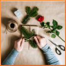 Geschenk, Weihnachten, Hände, Basteln, Rose, Schleife, Zweige, Tannenbaumzweige, Garn, Schere