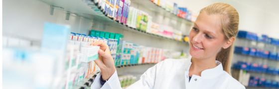 Apothekerin schaut sich Medikament an