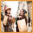 Zwei Mädchen mit Shoppingtüten