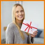 Frau lächelt und hält Brief in der Hand