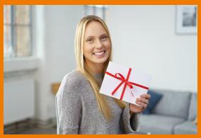 Frau hält Geschenk in der Hand