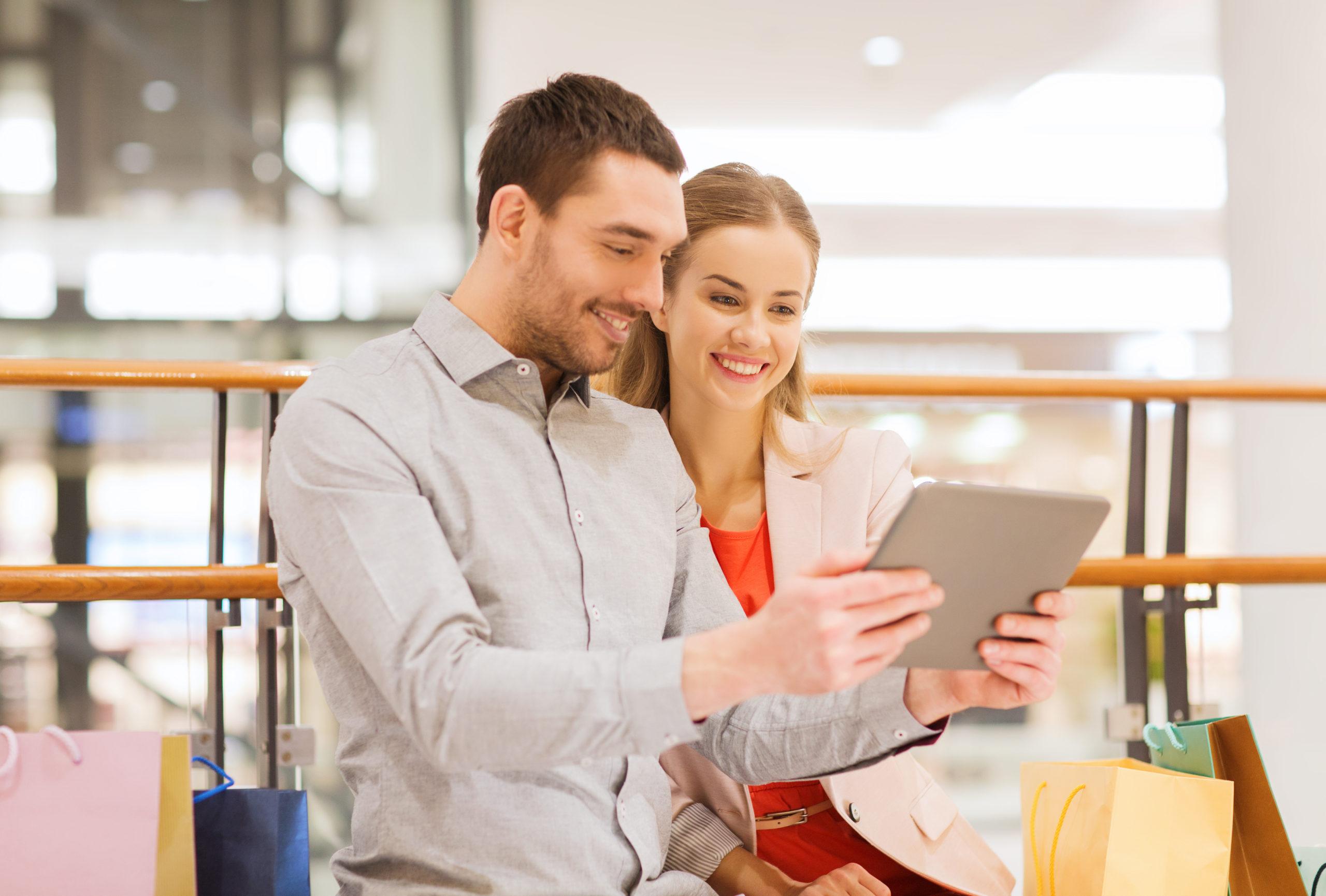 Mann und Frau beim Einkaufserlebnis